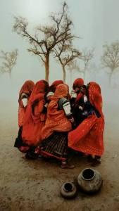 Donne che si riparano da una tempesta di sabbia